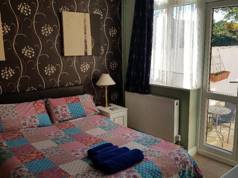 Double room-Deluxe-Ensuite - ROOM ONLY FRIDGE AND MICROWAVE AVAILABLE