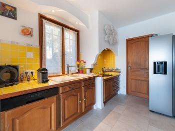 Cuisine ouverte, accès terrasse et piscine Lave vaisselle, four, micro-ondes, café Nespresso et Dolce Gusto, frigo américain, plaque cuisson induction - Arrière cuisine avec lave-linge