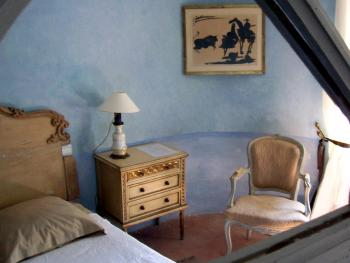 Ancienne chapelle privée du château. Elle se compose : lit double 160 - Bureau  -Commode - TV - WIFI - Climatisation. Salle de Bain - grand miroir - Douche - Toilettes privatives . Dressing  -
