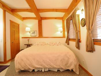 Surrey Room - King bed, private ensuite bath