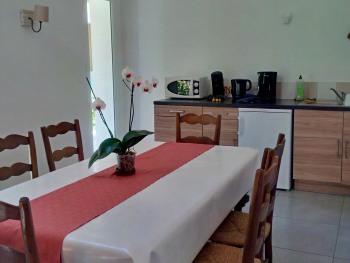 Une cuisine est à disposition dans la salle commune.