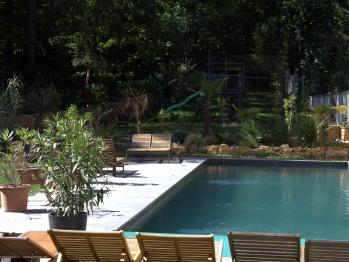 Pause sur l'un ders bains de soleil autour de la piscine