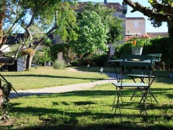 Petite table dans le jardin