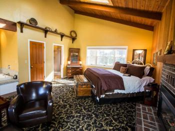 Enchanted Rose (King Bed, Spa Tub, Fireplace, Vaulted Ceiling)