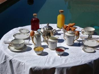 Petit déjeuner dans la cour d'honneur, au bord de la piscine