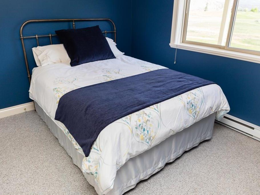 Queen-Comfort-Shared Bathroom-Golf view-Bed & Breakfast