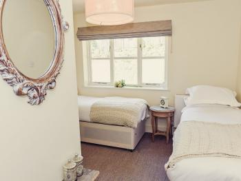 Twin room-Classic-Ensuite with Bath-Street View-Ground Floor