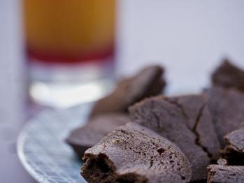 """Fondant au chocolat """"maison"""" et jus d'orange frais pressé pour le petit déjeuner"""