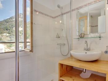 Salle de bain rénovée, douche, lavabo, toilettes