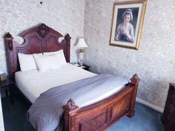 Honeymoon Suite - 1 Queen Bed, Jacuzzi & Fireplace