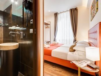 Vista angolare bagno e camera matrimoniale / Doppia con letti singoli