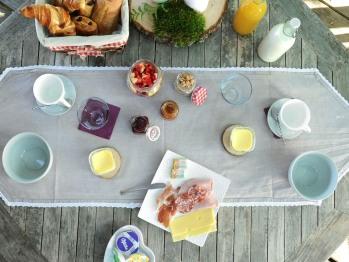 Boissons chaudes Yaourts et confitures maison Charcuteries, fromage, beurre Oranges pressées Salade de fruits frais de saison Pain et viennoiseries cuit sur place et servis chaud.