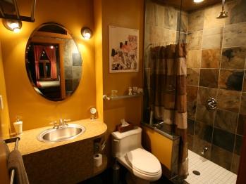 Private en-suite bathroom in Juillard Suite