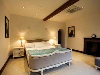 Water Bridge Farmhouse - King size bedroom