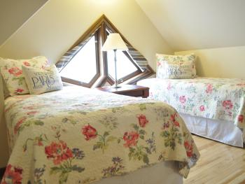 Halcyon House; Butterfly Room, 2 Twin beds, Shared Bath