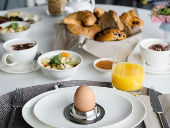 Le petit-déjeuner aux produits régionaux servi par les propriétaires
