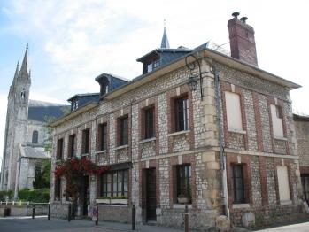 Façade Maison d'hôtes Les Hostises  et abbatiale St Georges côté rue