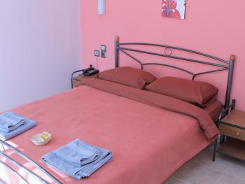 Double room-Classic-Ensuite with Shower-Street View - Base Rate