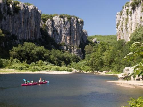 Les gorges du Chassezac offrent un cadre magnifique pour passer un agréable moment avec nos canoës