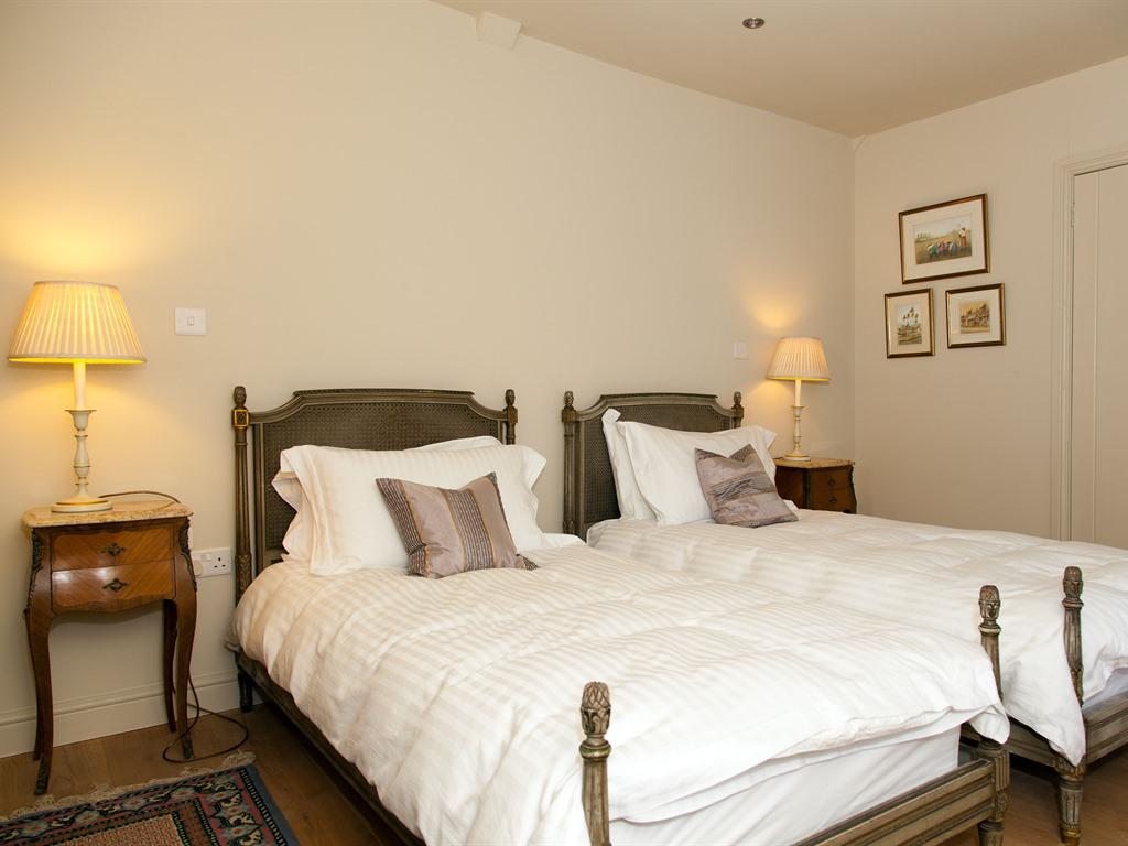 Twin room-Luxury-Ensuite with Shower-Garden View - Base Rate