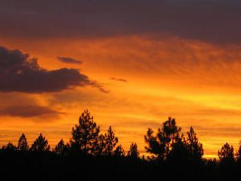 Amazing sunsets at Crater Lake Inn & Retreat fill the sky with brilliant color!