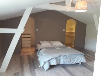 GITE BLEU 5 personnes : grande chambre au 1er étage, lit 140 et lit 90 avec salle d'eau et wc privatifs
