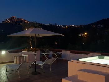 terrazza solarium con piscina idromassaggio