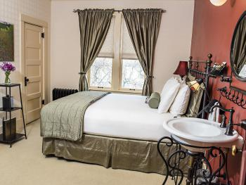 Queen-Standard-Ensuite-Courtyard view-Room 28