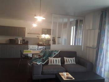 GITE BLEU 5 personnes : salon séjour récent, cuisine équipée avec vaisselle, orientation ouest