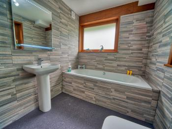 Arenig Lakeside Suite - whirlpool bath
