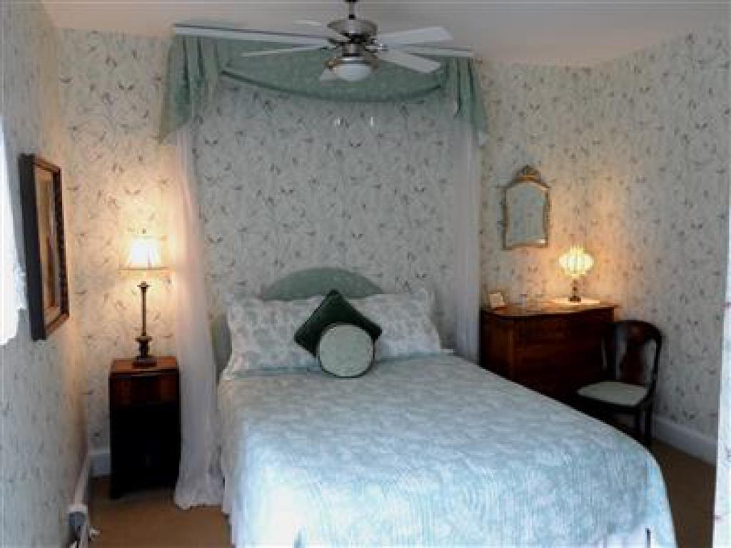 Queen-Ensuite-Standard-Garden View-Room 8