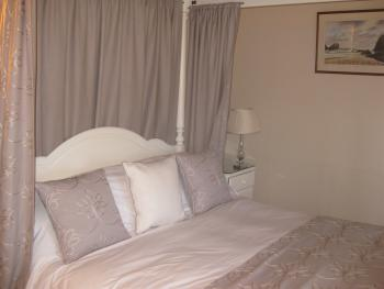 KYNANACE THE FOURPOSTER BEDROOM NAMED AFTER ONE OF THE MOST BEAUTIFUL COVES IN UK JUST 5 MILES FROM TREGADDRA