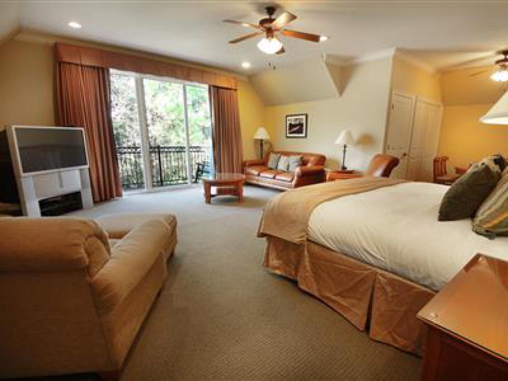 Quad room-Ensuite-Standard-705 Fairway Suite