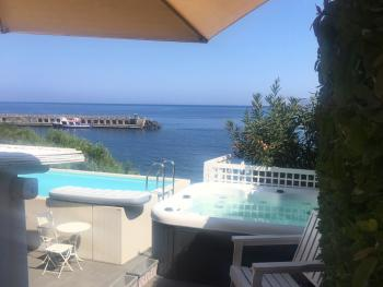Relax in piscina con lo sfondo del molo turistico!