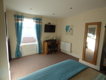 Triple room-Ensuite-LARGE WITH 2 OR 3 BED