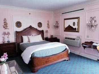 Deluxe Queen & Murphy – 1 Queen Bed & 1 Murphy Bed