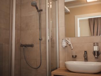 Bad mit Dusche, WC, Duschgel und Handseife