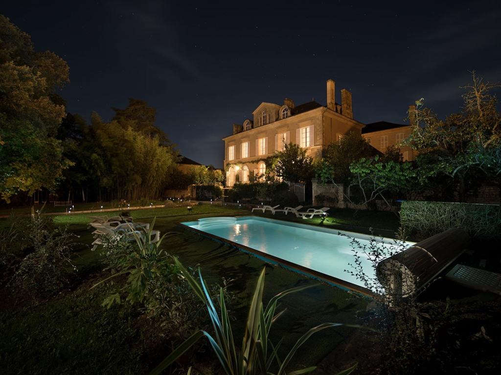 Parc et piscine de nuit