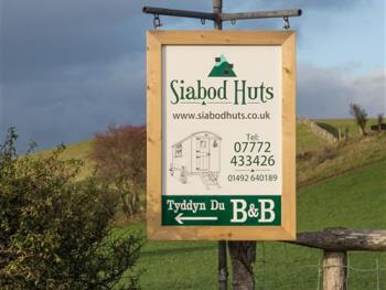Siabod Huts and B&B sign