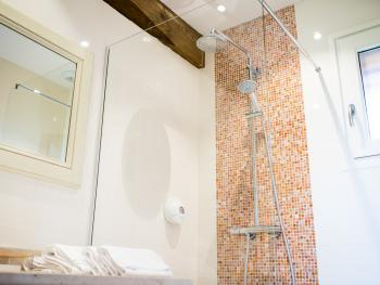 """Chambre d'hôtes """"Les Capucines"""" (Supérieure) - La salle de bain - Domaine le Clos du Phare"""