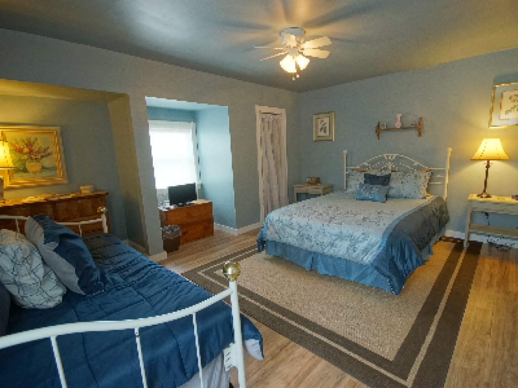 Queen-Ensuite with Shower-Superior-Woodland view-Loon Island Room #5 - Base Rate