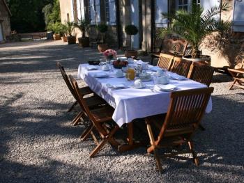 Table du petit déjeuner en extérieur.