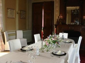 Salle à manger avec boiseries d'époque et cheminée fonctionnelle