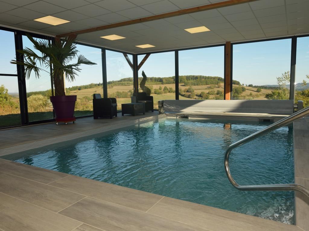 piscine intérieure et vue