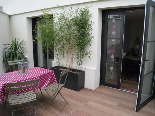 Petite terrasse privative aux chambres pour petits déjeuners quand il fait beau, ou coin repos...