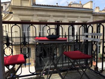Balcon expo Ouest avec table et 2 chaises