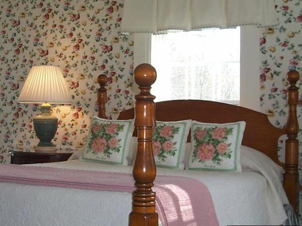 Queen-Ensuite-Premium-Main Inn Room 3
