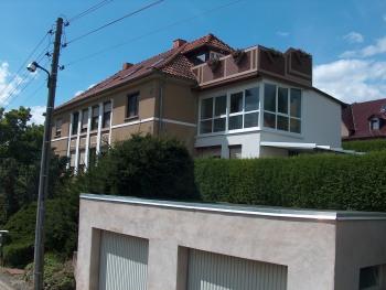 Blick auf das Haus der Fam. Trollmann mit der Wintergarten-Fewo, die rechte Garage steht den Gästen gratis zur Verfügung